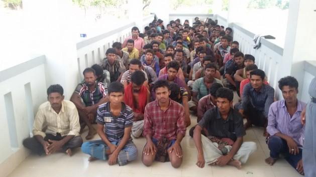 Hombres abandonados por traficantes de personas en alta mar fueron rescatados por la Guardia Fronteriza de Bangladesh y se reunieron con sus familias en Teknaf, un pueblo del sureño distrito de Cox's Bazar. Crédito: Abdur Rahman/IPS