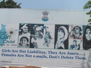 Un cartel en la vía pública en el norteño estado indio de Jammu y Cachemira, aboga por la equidad de género y contra la violencia contra las mujeres. Crédito: Athar Parvaiz/IPS