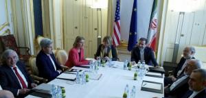 El ministro de Relaciones Exteriores de Irán, Javad Zarif, la Alta Representante de la UE, Federica Mogherini, y el secretario de Estado de Estados Unidos, John Kerry, en el hotel Palais Coburg, la sede de las negociaciones por el acuerdo nuclear en Viena, el 9 de julio. Crédito: Servicio Europeo de Acción Exterior/cc by 2.0