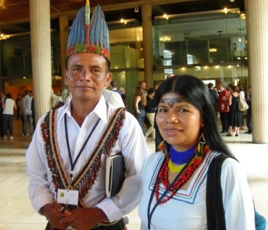 """""""Estamos aquí porque queremos que se escuche la voz de los pueblos indígenas"""", dijo Patricia Gualinga (derecha), representante de la comunidad serayaku, de la parte amazónica de Ecuador en la Cumbre de las Conciencias, en julio en París. Crédito: A.D. McKenzie/IPS"""
