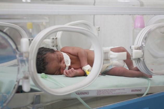 Brindarles a las embarazadas medicamentos antirretrovirales puede reducir de 45 por ciento a apenas uno por ciento el riesgo de transmisión del VIH a los hijos, según la Organización Mundial de la Salud. Crédito: Jeffrey Moyo/IPS