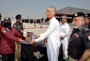 Una de las mujeres que realizó el programa de entrenamiento para ingresar a un escuadrón antiterrorista en el norte de Pakistán recibe un diploma en su ceremonia de graduación. Crédito: Ashfaq Yusufzai/IPS