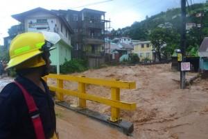 Las graves inundaciones están entre los principales efectos devastadores del cambio climático, como las que sufrió la isla caribeña de Dominica en 2011. Crédito: Desmond Brown/IPS
