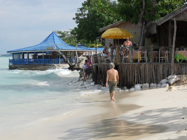 La playa de Negril, en Jamaica, con señales de erosión costera. Crédito: Mary Veira/IPS