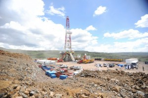 Una excavación geotérmica en el sitio de Menengai, en el Valle del Rift, en Kenia, muestra el intento de producir energía de forma más sostenible que la derivada de los combustibles fósiles. Un proyecto de ley a estudio del parlamento busca crear un marco legal e institucional para promover la mitigación y la adaptación al cambio climático. Crédito: Isaiah Esipisu/IPS