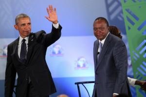 Los presidentes Barack Obama y Uhuru Kenyatta saludan al público presente en la Cumbre Empresarial Mundial, celebrada en Nairobi, Kenia, el 25 de julio. Crédito: Embajada de Estados Unidos en Nairobi