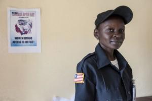 """Agente de la Policía Nacional de Liberia, Lois Dolo, trabaja en la seguridad de la tercera conmemoración anual del Día Mundial Abierto sobre las Mujeres, la Paz y la Seguridad en ese país africano. La jornada se llamó """"Mujeres reclaman acceso a la justicia"""". Crédito: UN Photo/Staton Winter"""