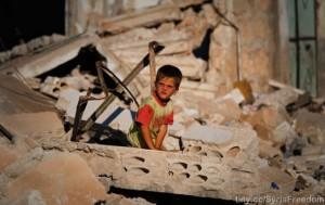 Un niño entre los escombros de lo que fue su casa, tras un bombardeo aéreo en la ciudad de Idlib, en el noroeste de Siria. Crédito: Freedom House/CC-BY-2.0