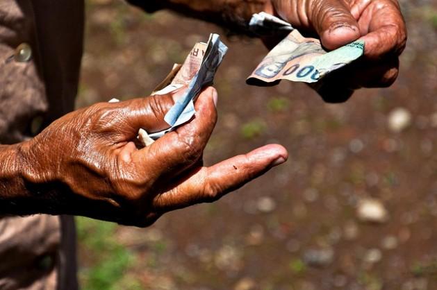"""La respuesta a la pregunta """"¿cuánto dinero se necesita para alcanzar los nuevos ODS?"""" es, redoble de tambores, cada dólar que hay en el mundo. Crédito: Bindalfrodo / cc by 2.0"""