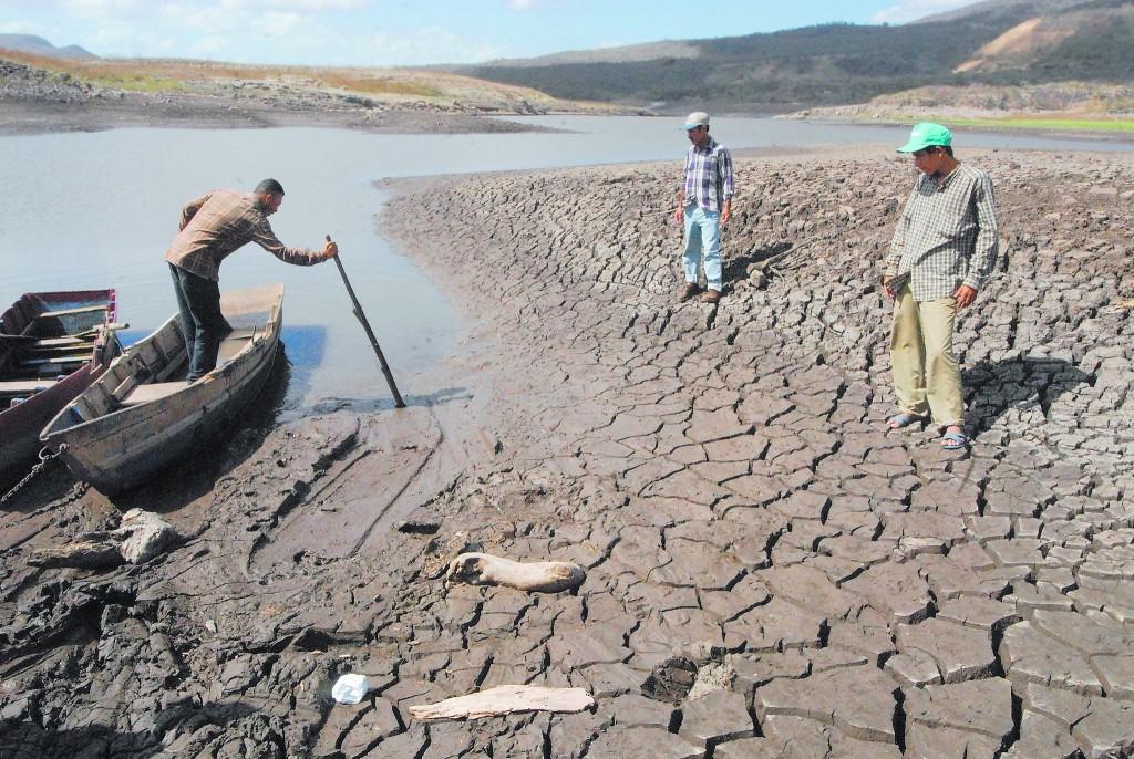 El lago Las Canoas, en el pueblo de Tipitapa, cerca Managua, se seca cada vez que el fenómeno de El Niño visita Nicaragua y deja a sus habitantes sin pesca y sin agua para sus cultivos. Crédito: Guillermo Flores/IPS