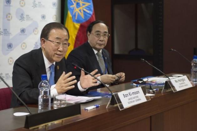 El secretario general de la ONU, Ban Ki-moon (a la izquierda), en una conferencia de prensa en Addis Abeba tras asistir a la Tercera Conferencia Internacional sobre la Financiación para el Desarrollo. Crédito: Eskinder Debebe/ONU