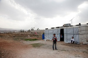 Niños sirios junto a su vivienda provisoria en el valle de la Becá, Líbano. Crédito: DFID - Departamento de Gran Bretaña para el Desarrollo Internacional / CC-BY-2.0