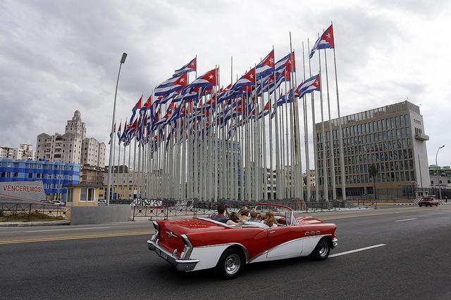 Banderas cubanas ondean ya en la llamada tribuna antiimperialista, frente al edificio de la embajada de Estados Unidos en La Habana, días antes de que visite la isla caribeña el 14 de agosto el secretario de Estado, John Kerry, para la reapertura formal de la sede diplomática. Crédito: Jorge Luis Baños/IPS