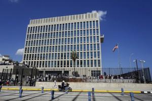La bandera de Estados Unidos vuelve a ondear en La Habana, tras su izamiento en la embajada de Estados Unidos, en una ceremonia este viernes 14 de agosto, encabezada por el secretario de Estado, John Kerry. Crédito: Jorge Luis Baños/IPS