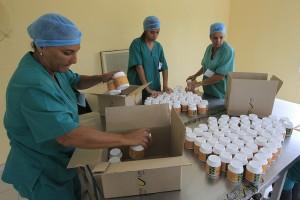 Tres mujeres trabajan en el envasado y etiquetado de píldoras de espirulina, en la planta de producción, de la empresa estatal Genix-Labiofam, en la localidad de Zaragoza, en Cuba. Crédito: Jorge Luis Baños/IPS