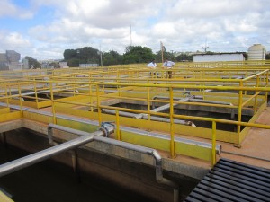 La estación de tratamiento de agua de Altamira, prácticamente inactiva porque el alcantarillado, instalado hace 10 meses en las calles de esta ciudad de 140.000 habitantes, no fue conectado a residencias y comercios. Altamira se ubica a 50 kilómetros de la central hidroeléctrica de Belo Monte, en la Amazonia de Brasil. Crédito: Mario Osava/IPS
