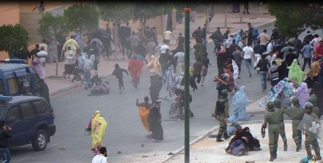 Agentes marroquíes cargan contra manifestantes, en especial contra mujeres, durante una protesta en El Aaiún, en imágenes captadas por Equipe Media desde la azotea de uno de los edificios circundantes. Crédito: Cortesía de Equipe Media