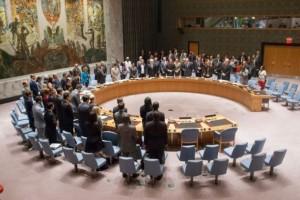 Miembros del Consejo de Seguridad de la ONU guardan un minuto de silencio al comienzo de una sesión para considerar la creación de un tribunal especial por el vuelo MH17 de Malaysia Airlines, derribado en julio de 2014 en Ucrania. La resolución para crearlo no se aprobó por el veto de Rusia. Crédito: UN Photo/Loey Felipe