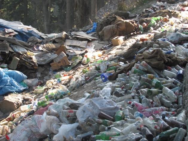 Botellas y bolsas de plástico constituyen la mayor parte de los desperdicios que agreden el delicado ecosistema montañoso cuando los peregrinos acuden en masa a visitar la cueva de Amarnath, en el estado de Jammu y Cachemira, en India, para venerar al dios Shiva. Crédito: Athar Parvaiz/IPS.