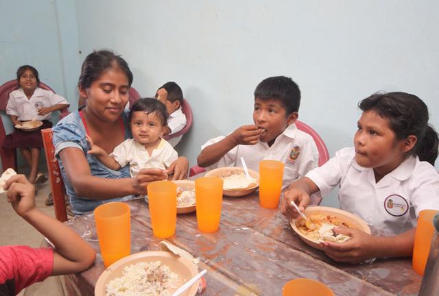 Una madre comparte con sus hijos el almuerzo en una escuela rural mexicana, como parte de uno de los programas que centraliza la iniciativa de la Cruzada contra el Hambre. Crédito: Gobierno de México