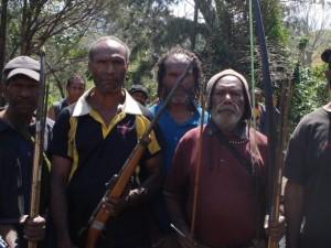 Guerreros que se enfrentaron a otros durante más de dos meses en 2015 en la aldea de Kenemote dicen que quieren paz en la provincia de las Tierras Altas Orientales de Papúa Nueva Guinea. Crédito: Catherine Wilson/IPS