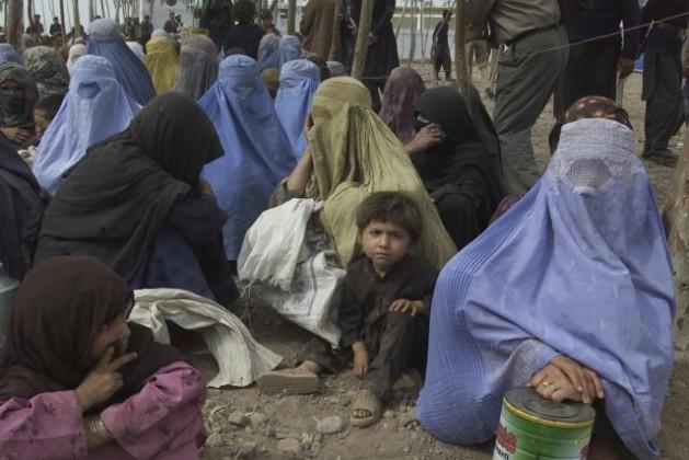 Un grupo de refugiadas afganas y sus hijos esperan la llegada del entonces secretario general de la ONU, Kofi Annan, en el campamento pakistaní de Shamshatoo, en diciembre de 2001. Crédito: UN Photo/Eskinder Debebe