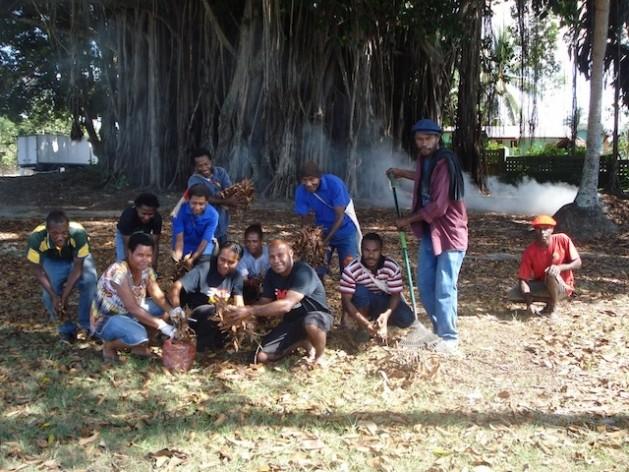 Todos los días se puede ver a los integrantes del movimiento Tropical Gems cuidando los espacios públicos en Madang, una ciudad en la coste norte de Papúa Nueva Guinea. Crédito: Catherine Wilson/IPS