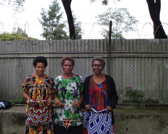 Un número significativo de mujeres, como las integrantes del Grupo de Artesanas del Monte Hagen, en la región de las tierras altas de Papúa Nueva Guinea, sufren las consecuencias del VIH/sida, como viudez y dificultades económicas, entre otras. Crédito: Catherine Wilson/IPS.