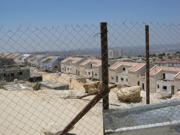 Una valla protege un barrio en construcción en el asentamiento judío de Ariel, en Cisjordania. Crédito: Pierre Klochendler/IPS
