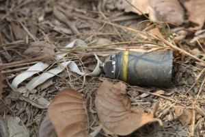 Las bombas conocidas como Municiones Convencionales Mejoradas con Propósito Doble (DPICM, en inglés) se distinguen por tener una cinta blanca de nailon con fines de estabilización. Crédito: Stéphane De Greef, Landmine and Cluster Munition Monitor / CC-BY-2.0