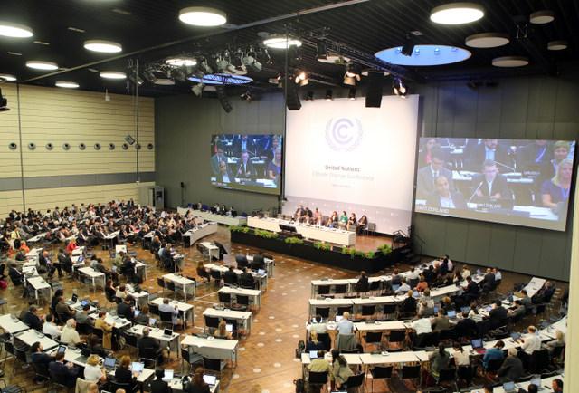 Sesión plenaria de la conferencia climática, que se celebra en la ciudad alemana de Bonn, entre el 31 de agosto y el 4 de septiembre. Crédito: Cortesía de IISD