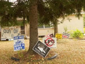 El activista Ray Kimble ha convertido su casa, en la localidad de Dimock, en un emblema de la oposición a la explotacion de gas de esquisto y la técnica del fracking en el estado de Pensilvania, en Estados Unidos. Crédito: Emilio Godoy/IPS