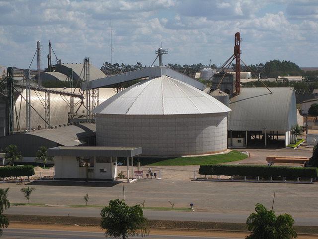 Silos de almacenaje de soja en Lucas do Rio Verde, un municipio del centro de Brasil que es un gran productor y exportador del grano, que junto con el hierro encabeza las ventas a China. Las exportaciones primarias fueron un factor de la sobrevaluación cambiaria que alimentó la desindustrializando del país. Crédito: Mario Osava/IPS
