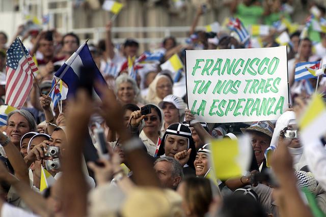 """""""Francisco, tú nos traes la esperanza"""", reza un improvisado cartel en una de las concentraciones del papa durante los cuatro días que permaneció en Cuba. Crédito: Jorge Luis Baños/IPS"""