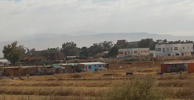 En la ciudad de Calama, la llamada capital minera de Chile, en la norteña región de Antofagasta, los marcados contrastes sociales se evidencian en modernas viviendas de barrios acomodados colindantes con otras hechas con apenas tablas en asentamientos informales. Crédito: Marianela Jarroud/IPS
