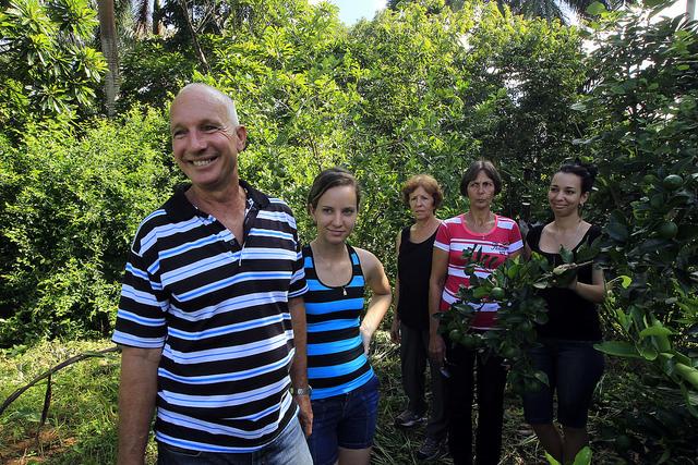 Armando Marcelino Pi y miembros de su familia, que trabajan juntos en la finca familiar agroecológica de La Carmelina, en la localidad de La Palma, en las montañas de la provincia de Pinar del Río, en el extremo occidental de Cuba. Crédito: Jorge Luis Baños/IPS