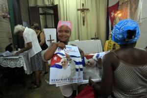 Una niña sostiene una pancarta de bienvenida al papa Francisco en la iglesia católica San Pablo Apóstol, ubicada en la localidad rural de Consejo Popular Pablo Noriega, en la provincia de Mayabeque, en Cuba. Crédito: Jorge Luis Baños/IPS