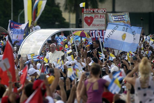 El papa Francisco saluda a la multitud congregada en la Plaza de la Revolución, antes celebrar una misa al aire libre en este lugar emblemático de La Habana, en Cuba, el domingo 20 de septiembre. Crédito: Jorge Luis Baños/IPS