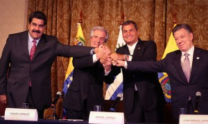 De izquierda a derecha, los presidentes Nicolás Maduro (Venezuela), Tabaré Vázquez (Uruguay), Rafael Correa (Ecuador) y Juan Manuel Santos (Colombia) estrechan sus manos al final de la reunión celebrada en Quito el lunes 21 de septiembre, en un primer paso para superar la crisis del cierre de la frontera colombo-venezolana por el gobierno de Caracas. Crédito: Presidencia de Ecuador
