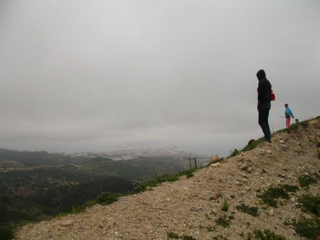 Migrantes en Marruecos miran hacia el enclave español de Ceuta, en el norte de África. Crédito: Andrea Pettrachin/IPS