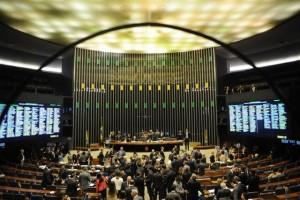 Diputados brasileños, antes de comenzar una reciente sesión plenaria en la cámara baja del Congreso legislativo, Crédito: Pedro Franca/Agência Senado