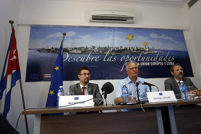 El jefe de la delegación de la Unión Europea, Christian Leffler, en el centro, informa sobre los resultados de la quinta ronda de negociaciones con Cuba, celebrada el jueves 10 de septiembre en La Habana, con el fin de alcanzar Acuerdo de Diálogo Político y Cooperación entre las dos partes. Crédito: Jorge Luis Baños/IPS