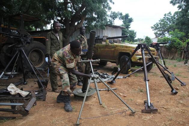Soldados del Movimiento de Liberación Popular de Sudán-Norte limpian las armas que aseguran haber tomado a las fuerzas gubernamentales. Crédito: Jared Ferrie/IPS