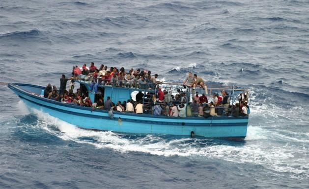 Barco que transporta a solicitantes de asilo y migrantes en el mar Mediterráneo. Crédito: ACNUR/ L.Boldrini
