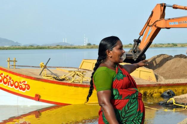Las mineras se reúnen al amanecer en los yacimientos distribuidos en las márgenes de los ríos del estado de Andhra Pradesh para supervisar la extracción y la carga de arena. Crédito: Stella Paul/IPS.