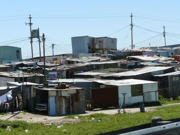 Un asentamiento irregular cerca de Ciudad del Cabo, en Sudáfrica. Crédito: Chell Hill(CC BY-SA 3.0 via Wikimedia Commons)