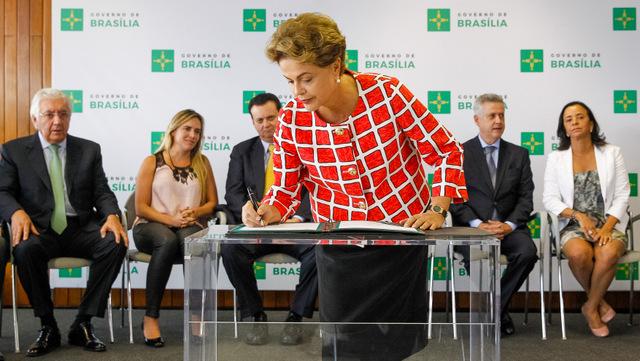 La presidenta de Brasil, Dilma Rousseff, durante la firma de una nueva ley, el 6 de octubre en Brasilia, mientras el cerco opositor en su contra busca que lo que rubrique sea su renuncia o un juicio político la desaloje del Palacio de Planalto, sede del gobierno. Crédito: Roberto Stuckert Filho/PR