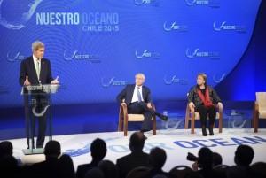 El secretario de Estado de Estados Unidos, John Kerry, interviene en la segunda conferencia internacional sobre Nuestro Océano, celebrada en el puerto de Valparaíso, en Chile, en presencia de la presidenta del país anfitrión, Michelle Bachelet, y de su canciller, Heraldo Muñoz. Crédito: Cancillería de Chile
