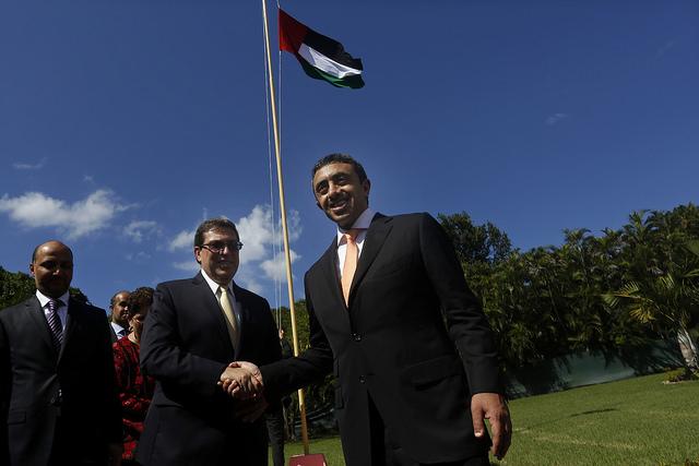 El ministro de Relaciones Exteriores de los Emiratos Árabes Unidos (EAU), jeque Abdulah bin Zayed al Nayhan (derecha), estrecha su mano con el canciller cubano, Bruno Rodríguez, tras izar la bandera de los EAU, durante el acto de apertura de la embajada emiratí en La Habana, el 5 de octubre de 2015. Crédito: Jorge Luis Baños/IPS
