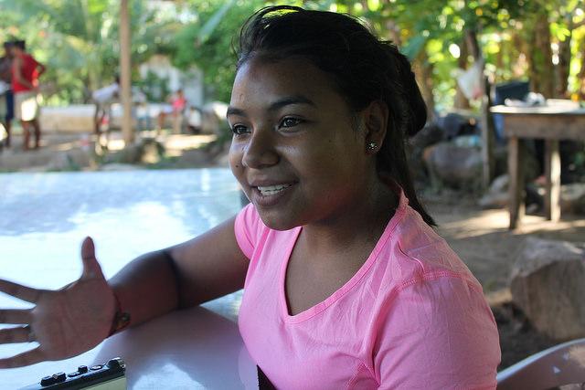 En Honduras, una adolescente enseña a sus pobladores a usar los programas básicos de computación e impulsa una plataforma por Internet para prevenir los embarazos tempranos.